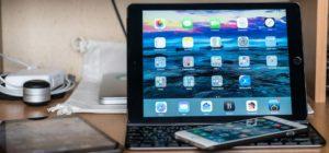 Как на Айпаде переместить клавиатуру вниз экрана?
